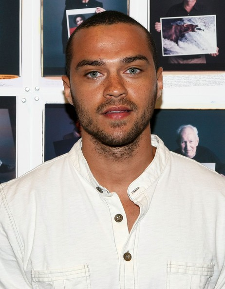 Jesse_Williams_in_2008_white_shirt